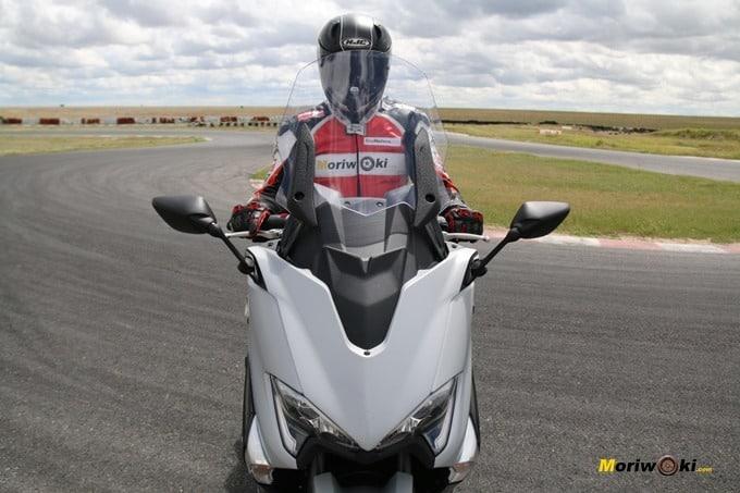 Pantalla de la Yamaha Tmax 530 DX arriba.