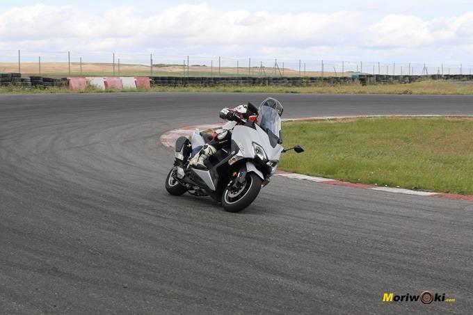 Probando la Yamaha Tmax 530 en el circuito FK-1 de Villaverde de Medina.