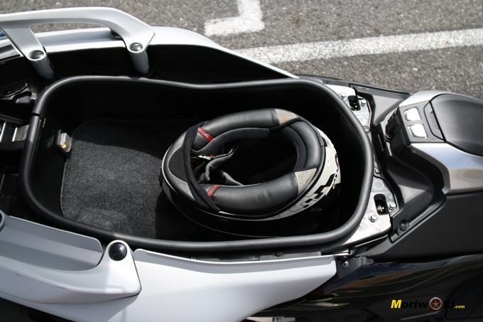 Hueco bajo el asiento del Yamaha Tmax 530 DX.