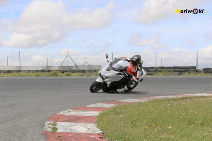 Inclinación máxima con la Yamaha Tmax 530 DX.