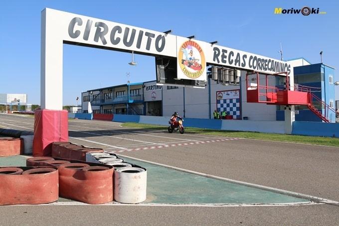 Paso por la recta de la pista Correcaminos. Circuitos Pit Bikes Zona Centro.
