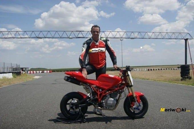 Sobre la recta de FK-1. Circuitos Pit Bikes Zona Centro con la RAV Naked Moto3.