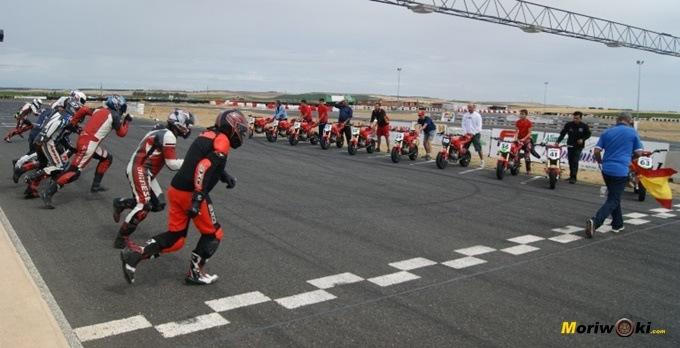Arrancada en FK-1. Circuitos Pit Bikes Zona Centro con la RAV Naked Moto3.