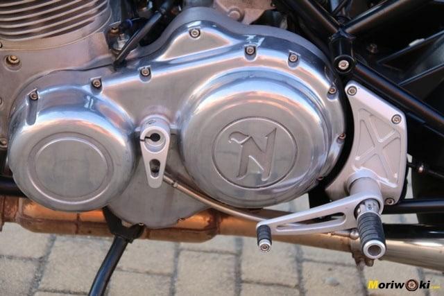 Vista de la tapa del embrague de la Norton Commando 961 Sport MK2.
