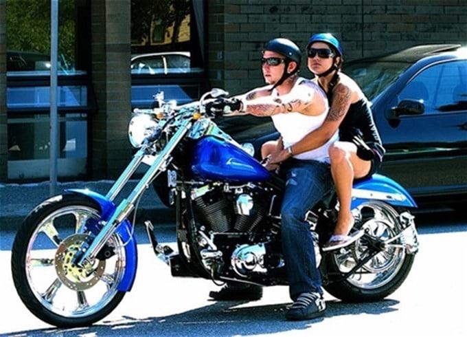 La protección en verano es crucial en cualquier tipo de moto.