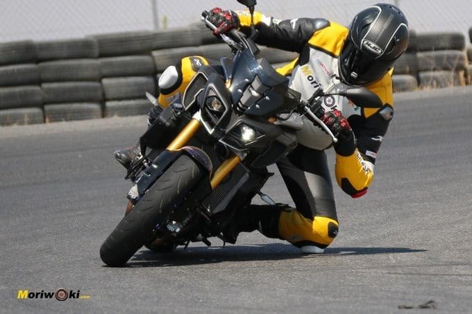 Con la moto en pista, el calor casi se disipa por la obligada concentración.
