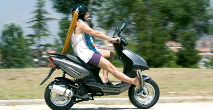 En moto, con calor y con las extremidades desprotegidas.