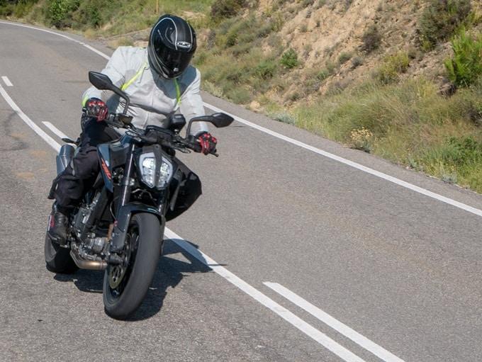El calor sofocante en una moto conduciendo en carretera.