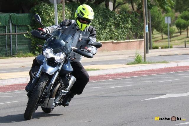 Entrando a una curva con la Moto Guzzi V85 TT.