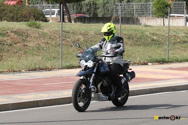 En la ciudad con la Moto Guzzi V85 TT.