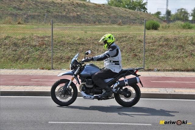 Posición de conducción en la Moto Guzzi V85 TT.