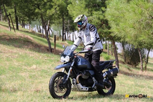 La Moto Guzzi V85 TT sobre la hierba mojada.