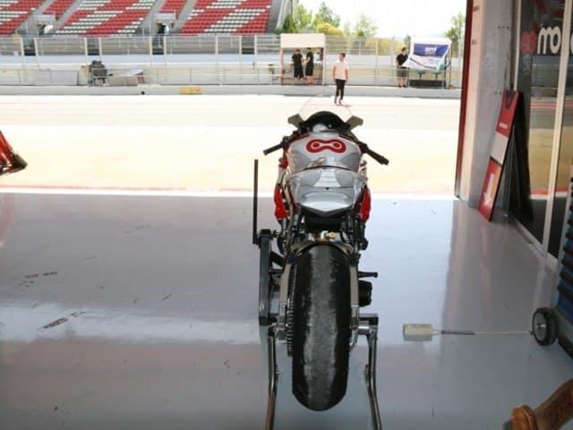 Las motos más cómodas. Vista posterior de una moto de carreras