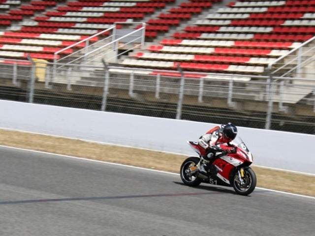 Las motos más cómodas. Paso por la recta con una moto de carreras.
