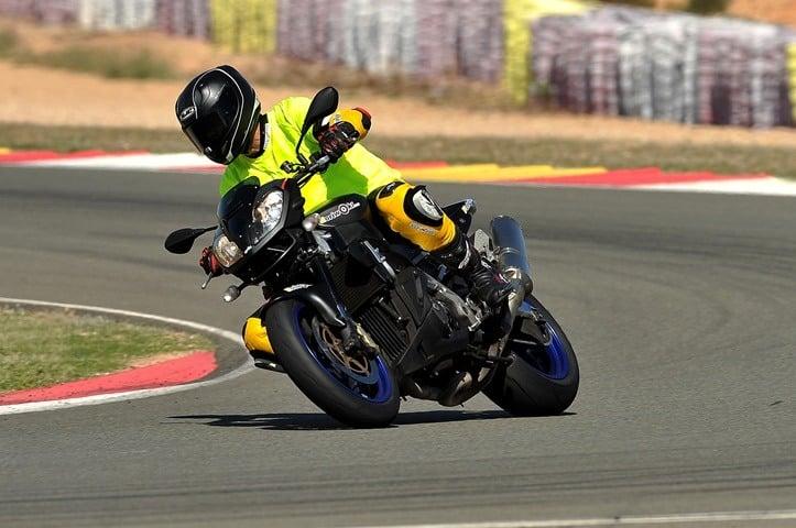 El Neumático de moto para pista homologado para la calle se comporta así