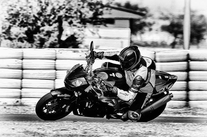 El Neumático de moto para pista homologado para la calle vale la pena en el circuito