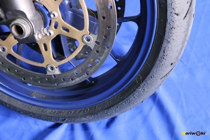 El Neumático delantero de moto para pista homologado para la calle se desgasta así