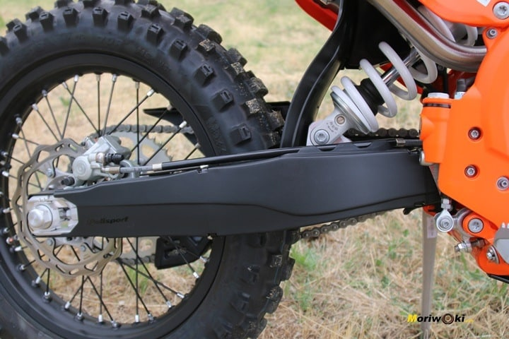 El basculante protegido de la KTM 300 EXC TPI.