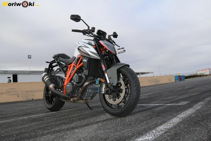 Cuánto agarra un neumático de moto frío probado con una KTM.
