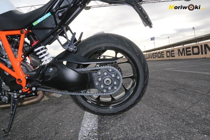 Cuánto agarra un neumático de moto frío. Cubierta trasera.