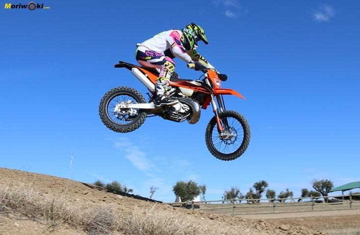 Salto de motocross en la Prueba KTM EXC 300 TPI (2020).