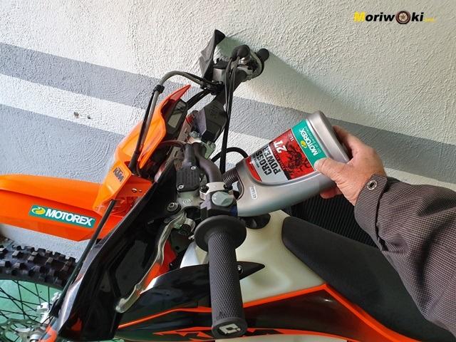 Repostando aceite 2T en la Prueba KTM EXC 300 TPI (2020).
