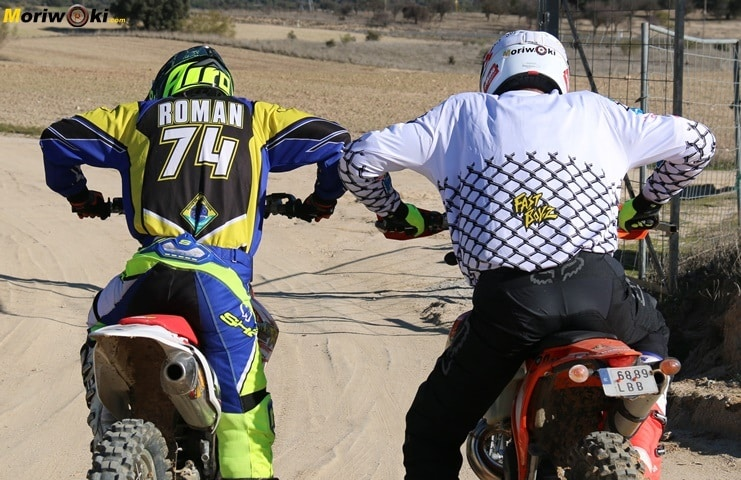 Broma Mario Román en un curso off road de moto en Madrid.