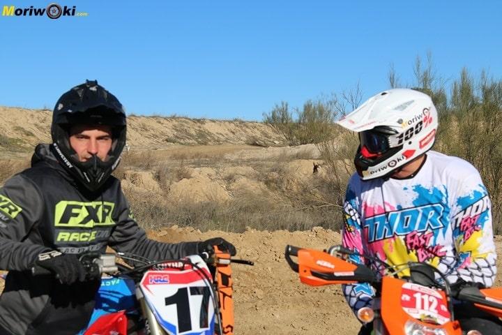 Fran García con un alumno en un curso off road de moto en Madrid