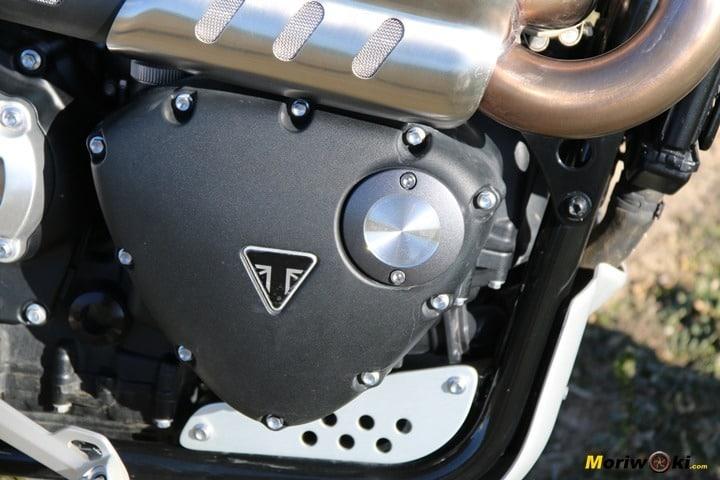 Prueba de la Triumph Scrambler 1200 XE. Lateral del motor.