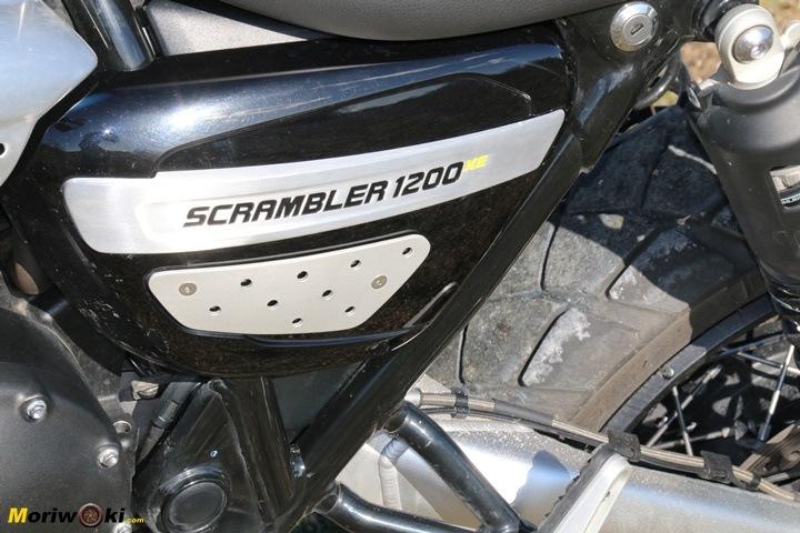 Tapa lateral de la Triumph Scrambler 1200 XE.
