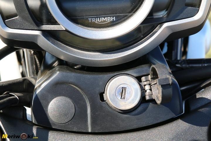 Bloqueo de la dirección en la Triumph Scrambler 1200 XE.