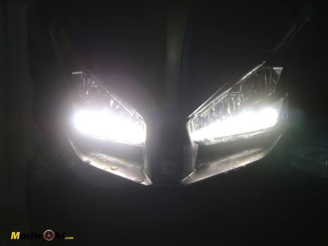 La luz que proyectan los faros del Kymco Xciting 400 S.