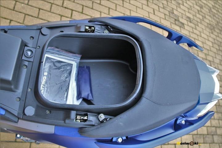 El Kymco Xciting 400 S ofrece un hueco bajo el asiento suficiente para un casco integral.