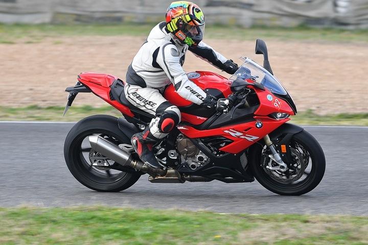 Paso directo del motocross a una pista de velocidad