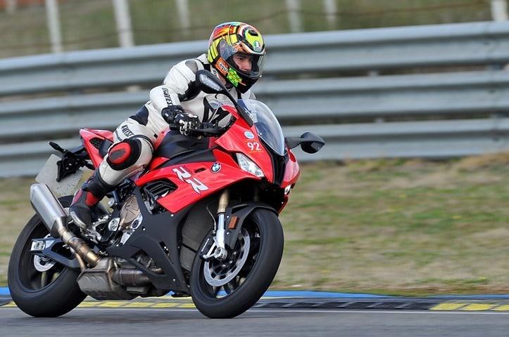 Paso del motocross a una pista de velocidad con una BMW S1000RR directamente.