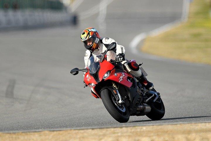 Piloto de motocrossen la frenada de final de la recta del Jarama