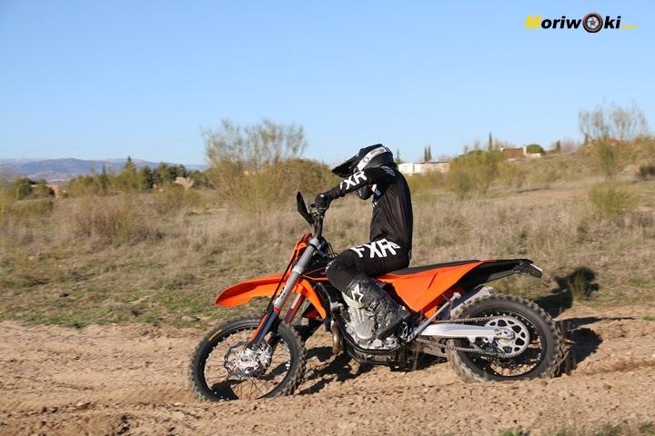 Posición sobre la KTM EXC 450 F.