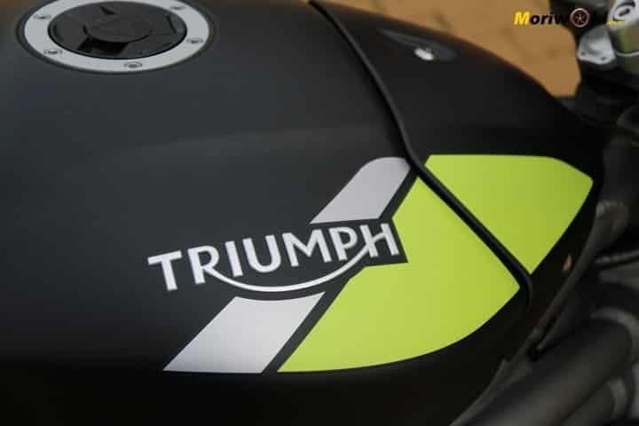 Triumph Speed Triple 1050 RS. Emblema en el depósito.