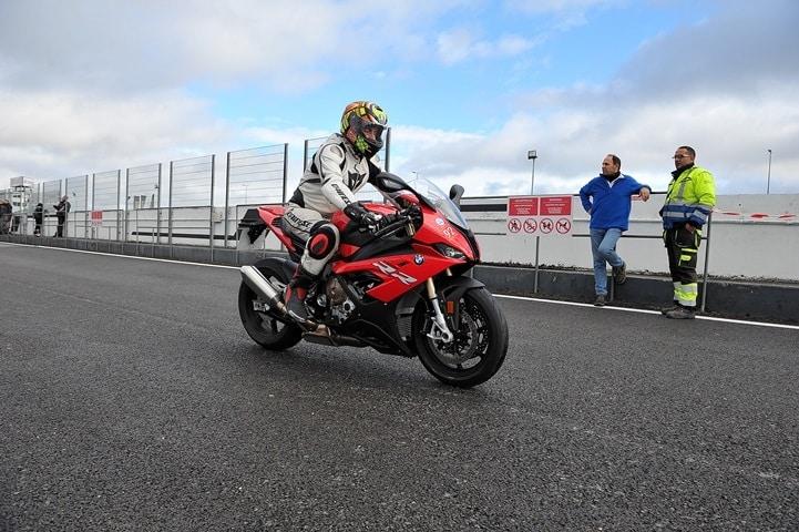 Piloto de motocross saliendo al Jarama mojado con una S1000RR en modo Race