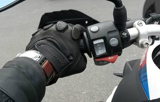 Botón desconexión ABS en piña izquierda de una moto.