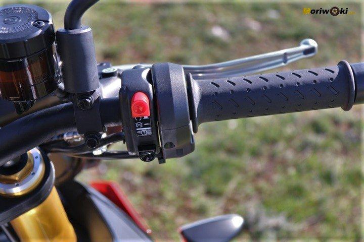 Acelerador electrónico de la Tuono V4 1100 Factory MY19 en Con electrónica y sin electrónica en una moto.