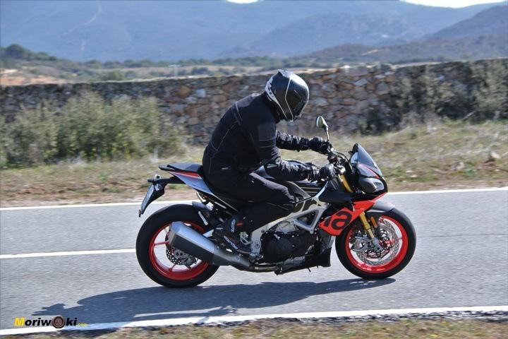 El paso de la Aprilia Tuono V4 1100 Factory MY19 en Con electrónica y sin electrónica en una moto.