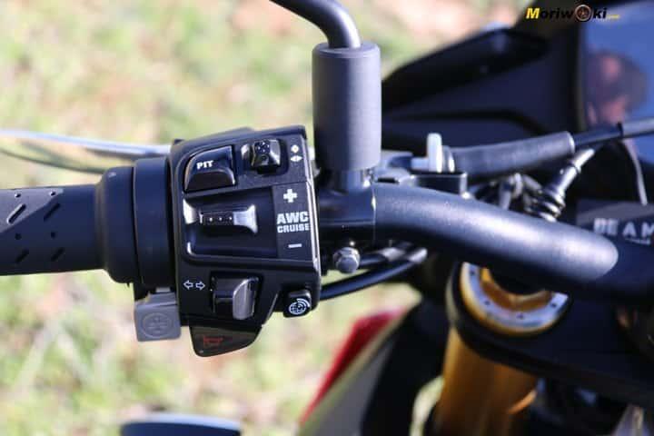 Piña de control en Con electrónica y sin electrónica en una moto.