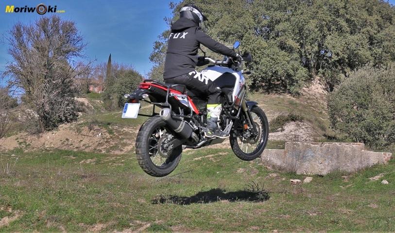 Prueba Yamaha Tenere 700 Saltando sobre una pradera.