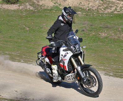 Prueba Yamaha Tenere 700. Derrapando en portada