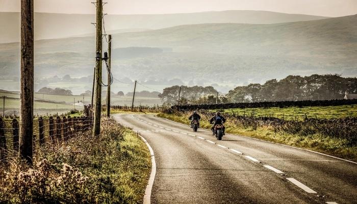 motos en carretera de campo