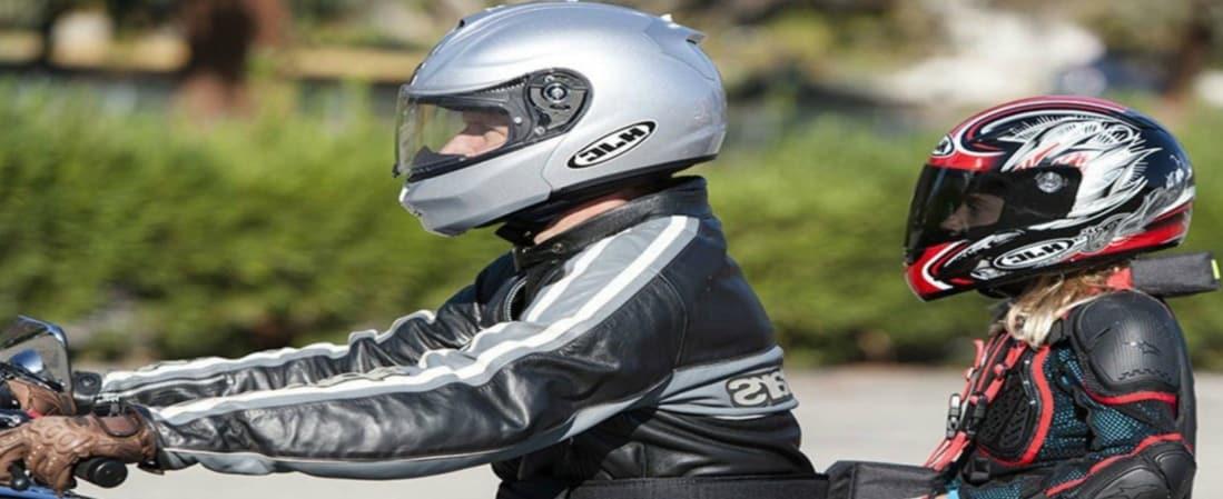 ¿Pueden ir los niños menores como pasajeros en moto?