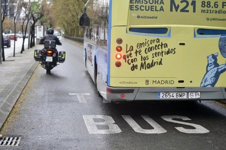 Carril bus Madrid en moto.