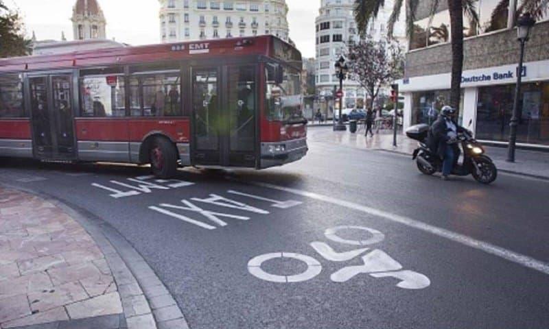 Carril bus en Valencia con motos.