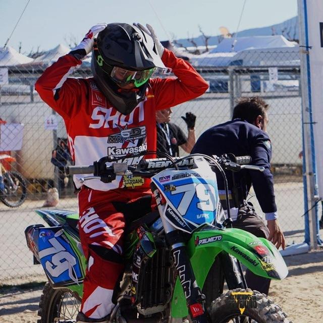 Gabriela Seisdedos preparada para la salida de Motocross femenino.
